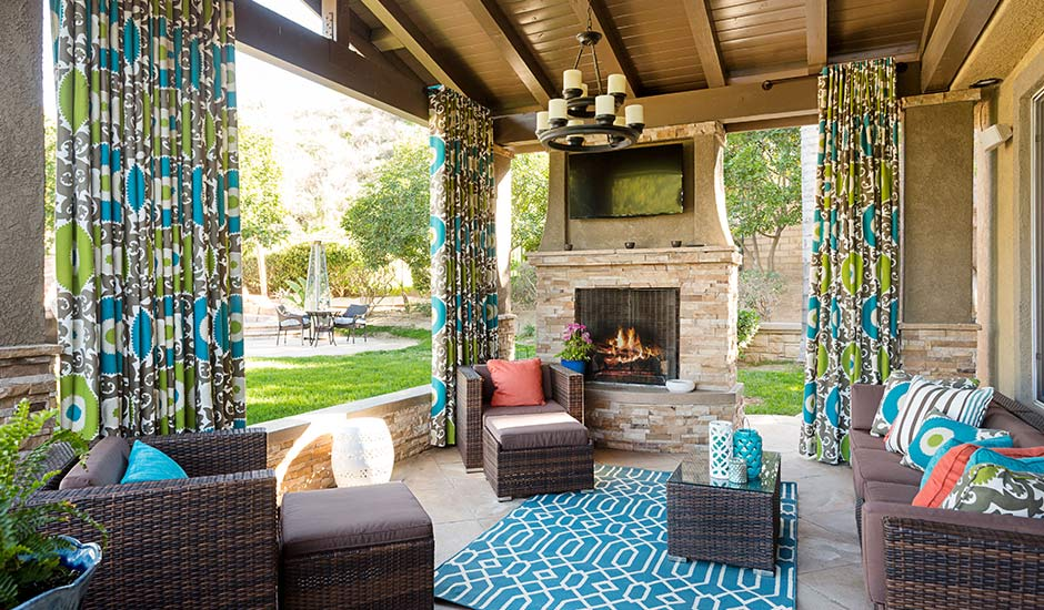 colorful-backyard-sunroom-drapes
